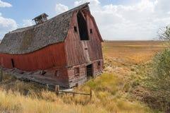 El granero dilapidado está listo para derrumbarse Fotos de archivo libres de regalías