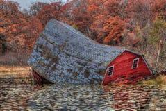 El granero rojo de hundimiento fue situado cerca de las ciudades gemelas en Minneso Fotografía de archivo libre de regalías