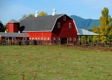 El granero rojo quintaesencial foto de archivo libre de regalías