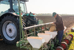 El granjero con la semilla de colada de la soja de la poder para sembrar cosecha en el agricultura Fotos de archivo