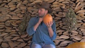 El granjero del hombre controla la madurez de la calabaza y en el pulgar del extremo almacen de video