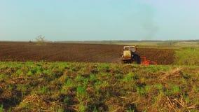 El granjero en suelo del tractor ara agricultura del movimiento del steadicam la Rusia de tierra que prepara la tierra con el cul almacen de video