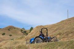 El granjero está conduciendo el tractor en el campo de Turquía Fotografía de archivo libre de regalías