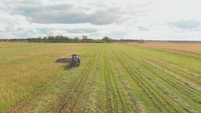 El granjero está trabajando en su tierra almacen de metraje de vídeo