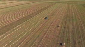 El granjero está trabajando en su tierra almacen de video