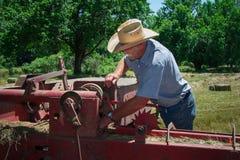 El granjero examina el equipo Fotos de archivo