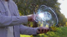 El granjero muestra el holograma con el cerebro humano almacen de video