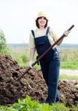 El granjero trabaja con el abono Fotos de archivo