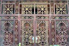 El grano de madera de la puerta del hierro Foto de archivo libre de regalías
