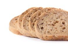 El grano entero sano cortó el pan con las semillas de girasol en b blanco Imagen de archivo