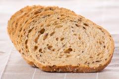 El grano entero sano cortó el pan con las semillas de girasol en n marrón Imagen de archivo