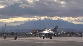 El gravar hacia fuera al halcón que lucha F-16 de la pista dos en la bandera roja metrajes