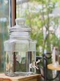 El grifo con el frasco claro imagenes de archivo