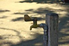 El grifo de agua del lat?n del vintage proporciona el refresco fotografía de archivo