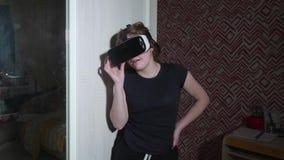 El gril caucásico en vidrios de VR exhala ser asustado y los las risas metrajes
