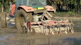 El grimotor del primer ara el campo del arroz en campo Tractor que ara la plantación metrajes