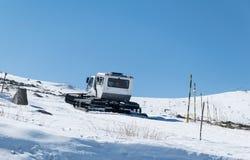 El groomer de la nieve prepara la cuesta del esquí en un esquí Fotografía de archivo