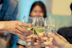 El grupo asiático de amigos que tienen partido con la cerveza alcohólica bebe a Foto de archivo