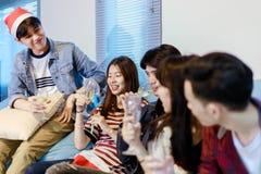 El grupo asiático de amigos que tienen partido con la cerveza alcohólica bebe a Fotografía de archivo