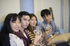 El grupo asiático de amigos que tienen partido con la cerveza alcohólica bebe a Fotos de archivo