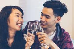 El grupo asiático de amigos que tienen partido con la cerveza alcohólica bebe a Fotografía de archivo libre de regalías
