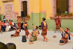 El grupo canadiense-Philippino de la danza se realiza Foto de archivo libre de regalías