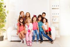 El grupo de abrazo feliz embroma en casa fotos de archivo