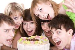 El grupo de adolescentes celebra cumpleaños. Imágenes de archivo libres de regalías
