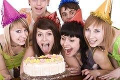 El grupo de adolescentes celebra feliz cumpleaños. Foto de archivo libre de regalías