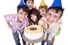 El grupo de adolescentes celebra feliz cumpleaños. Fotografía de archivo