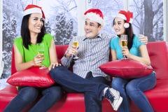 El grupo de adolescentes celebra la Navidad Imágenes de archivo libres de regalías