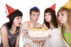 El grupo de adolescentes con la torta celebra cumpleaños Imagenes de archivo