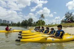 El grupo de alumnos secundarios aprende kayaking en el río de Singapur Foto de archivo libre de regalías