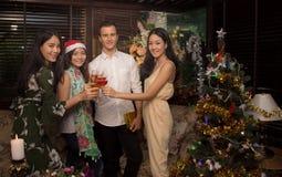 El grupo de amigos alegres celebra la Navidad y el Año Nuevo junta da una tostada Foto de archivo libre de regalías
