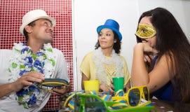 El grupo de amigos celebra el Carnaval en el Brasil El hombre lleva a cabo un t Imagen de archivo libre de regalías