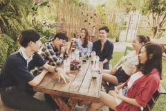 El grupo de amigos cuelga hacia fuera en café Imagen de archivo libre de regalías