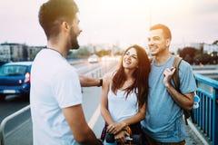 El grupo de amigos felices cuelga hacia fuera junto Imagen de archivo libre de regalías