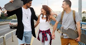 El grupo de amigos felices cuelga hacia fuera junto Foto de archivo libre de regalías