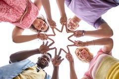 El grupo de amigos felices que muestran la mano de la paz firma Imagen de archivo