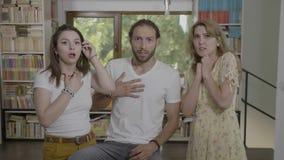 El grupo de amigos milenarios recolectó en casa asustar considerar de la reacción algo inesperado y perturbar - almacen de video