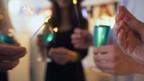 El grupo de amigos que se divierten con las bengalas y las bebidas en Halloween van de fiesta almacen de metraje de vídeo