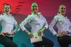 El grupo de bailarines de ballet de sexo femenino baila con los iPads Fotos de archivo