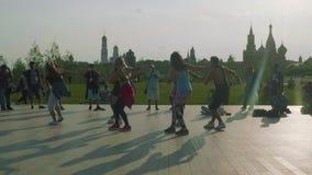 El grupo de bailarines de la calle baila en la escena del parque de Zaryadye por la tarde la gente hace las fotos de ellos almacen de video