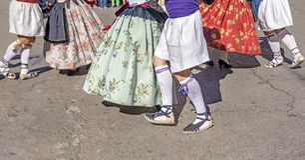 El grupo de bailarines realiza una danza tradicional del español Fotografía de archivo libre de regalías