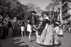El grupo de bailarines realiza una danza tradicional del español Fotografía de archivo