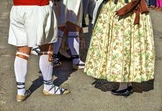 El grupo de bailarines realiza una danza tradicional del español Foto de archivo