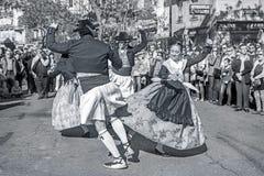 El grupo de bailarines realiza una danza tradicional del español Imagen de archivo libre de regalías