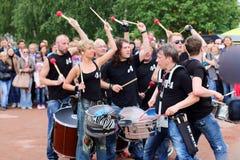 El grupo de baterías 44 tambores se realiza en las noches blancas del festival del aire abierto Imágenes de archivo libres de regalías