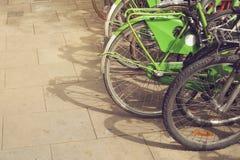 El grupo de bicicletas coloridas del vintage parqueó en una fila en nacido, Barcelona, España Fotos de archivo