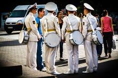 El grupo de cadetes con los tambores habla con la mujer Foto de archivo libre de regalías